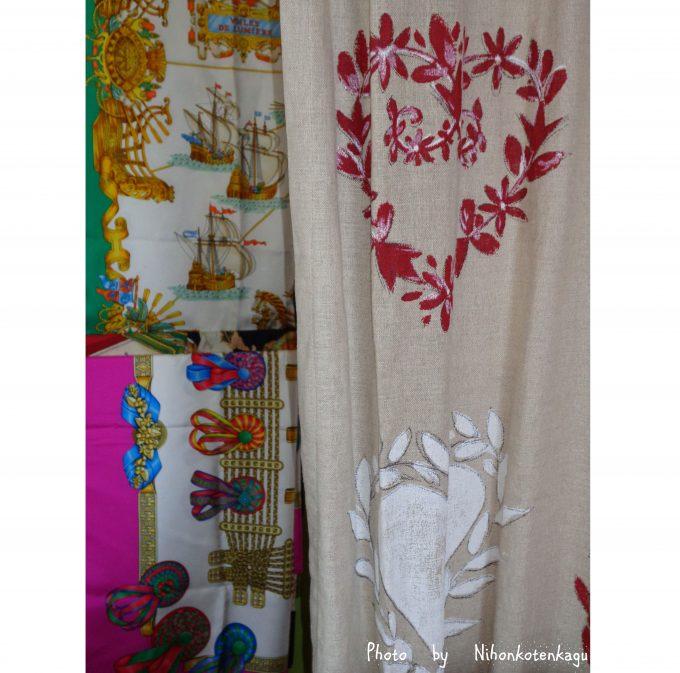 麻のカーテンとエルメスのスカーフ